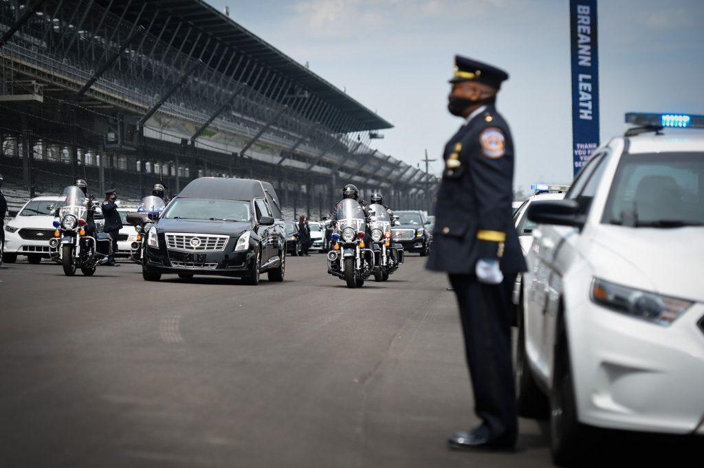 Hősöknek járó búcsúval tisztelegtek egy meggyilkolt rendőrnő előtt az IMS oválján