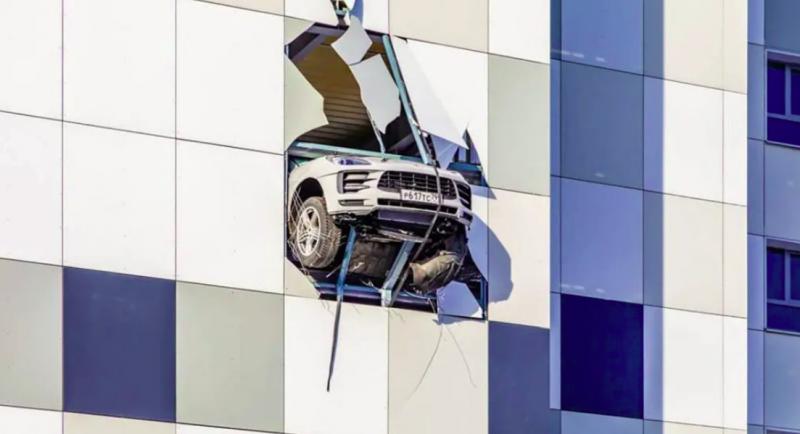Kis híján a földbe csapódott egy Porsche Macan Moszkvában