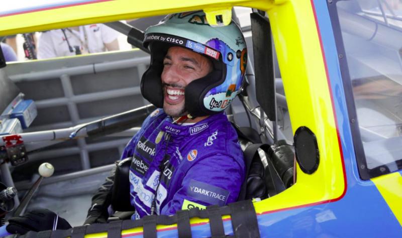 A nagy pillanat: Daniel Ricciardo pályára vitte példaképe versenygépét (VIDEÓK)